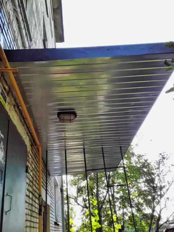Отремонтировали козырьки над подъездами в Северном, 15