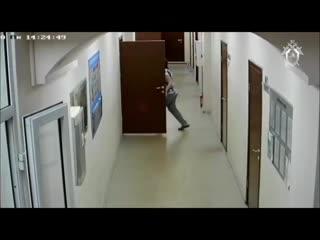 Побег иркутского чиновника от следователей попал на видео