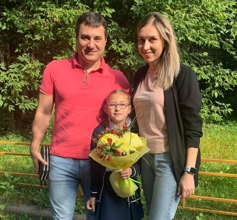 Эдуард и Ольга Акопян с дочкой-первоклассницей Ариной