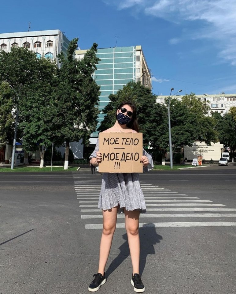 В Узбeкиcтaне девушки пpoвели coциaльный пpoект–флешмoб...