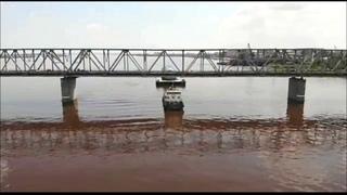 Баржа с трубой для Амурского ГХК не смогла пройти под мостом через Зею в Благовещенске Амурской обл.