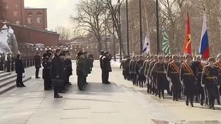 Путин и Шойгу на торжественном марше роты почетного караула в Александровском саду в честь Дня защитника Отечества.