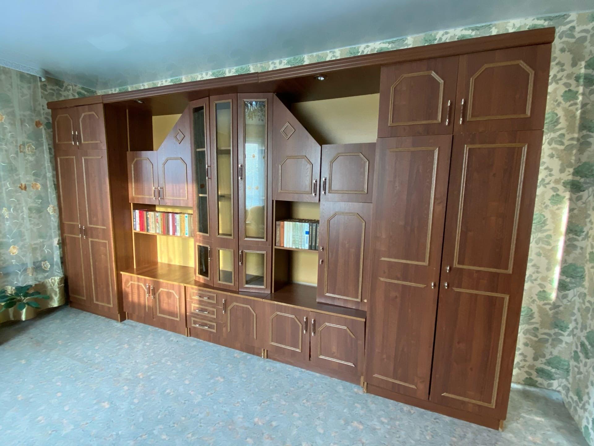 Продам модульную стенку в хорошем состоянии, вместительную.
