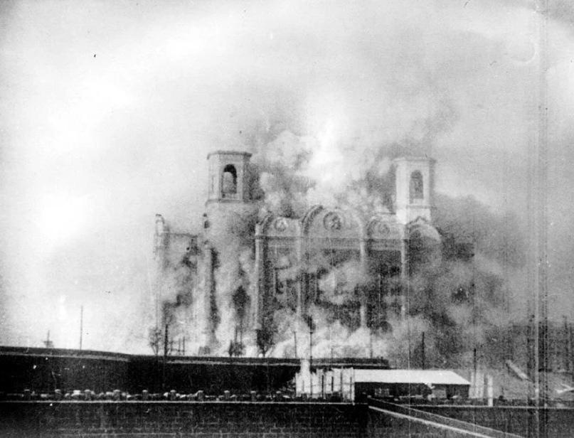 Момент взрыва храма Христа Спасителя