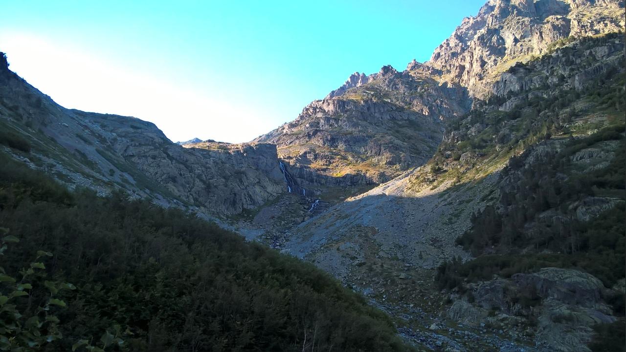 Водопад Джиро издалека.