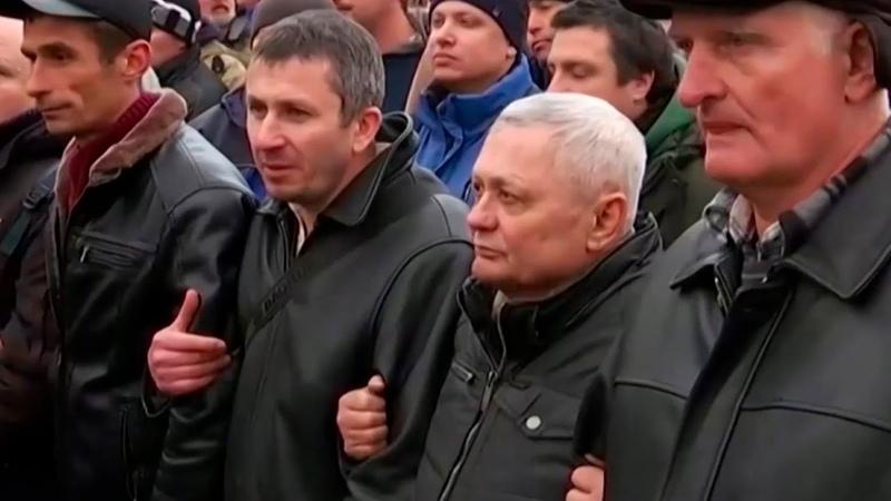 Строят баррикады и жгут шины украинцы не пускают прибывших из Уханя соотечественников