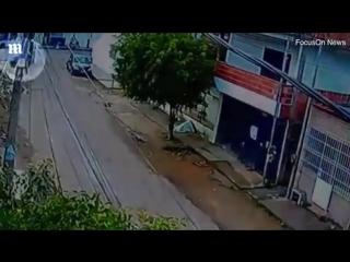 Велосипедист еле уцелел после наезда на него 13-летней девочки, угнавшей родительский автомобиль, чтобы покататься