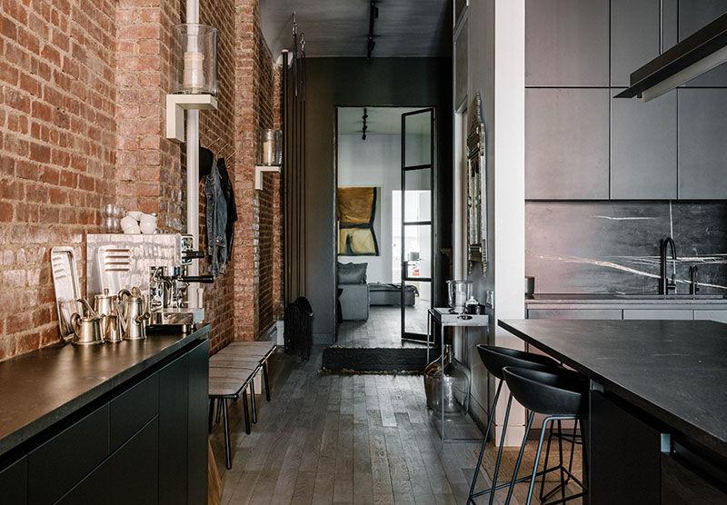Воплощение американской мечты: Роскошный лофт с кирпичными стенами и белой мебелью в центре Нью-Йорка || 02