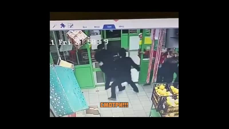 В столичной Пятёрочке охранник чеченец ударил покупателя со спины и разбил ему лицо