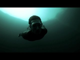 Чемпион Мира по фридайвингу Гильям Нери Guillaume Nery ныряет в Голубую Бездну Дина Dean's Blue Hole Багамы самую глубокую
