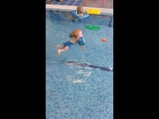 Денис - маленький пловец