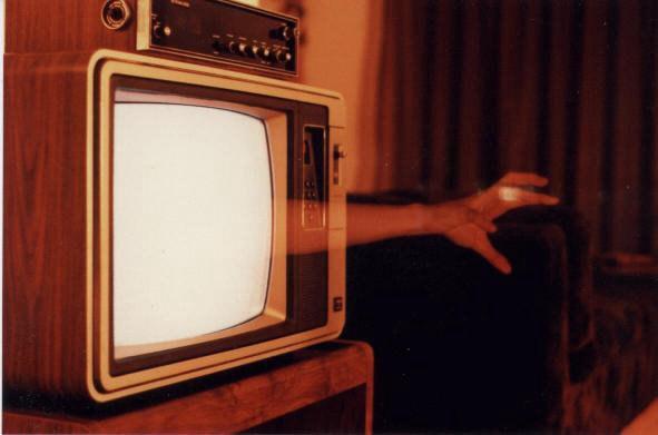 примеру, картинка рука из телевизора зимней обуви