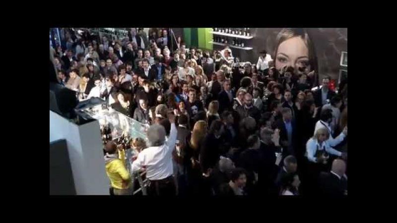 Vinitaly 2013 Verona Flash mob Libiam ne' lieti calici Giuseppe Verdi