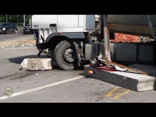 Фура протаранила бетонные блоки на Варшавском шоссе в Москве