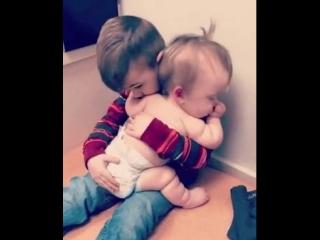 Брат укладывает сестрёнку спать