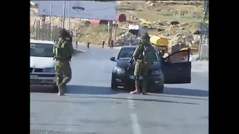 Сионистская атака ударить оружием, ногами и руками ... и палестинец продолжает бросать вызов Поделитесь видео быстро перед удал