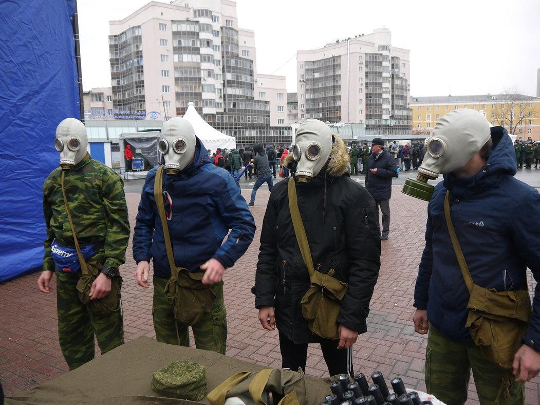 В Екатеринбурге у ДИВСа участники Казачьего Дозора приняли участие в казачьих забавах во время Окружного Спортивного Фестиваля