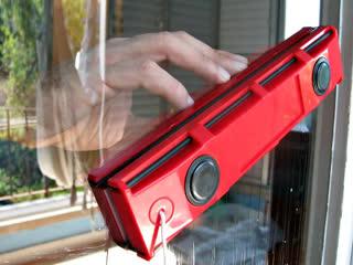 Магнитная щетка для мытья пластиковых окон glider
