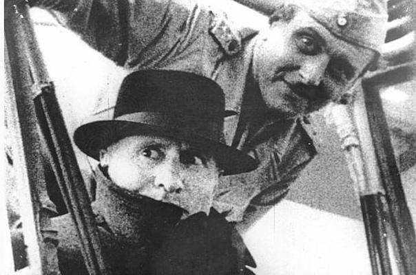 Отто Скорцени и Бенито Муссолини возле отеля «Кампо Императоре» на горнолыжном курорте Гран-Сассо в Апеннинах после спасения последнего из-под ареста