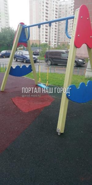 Коммунальщики отремонтировали качели во дворе на проспекте Защитников Москвы