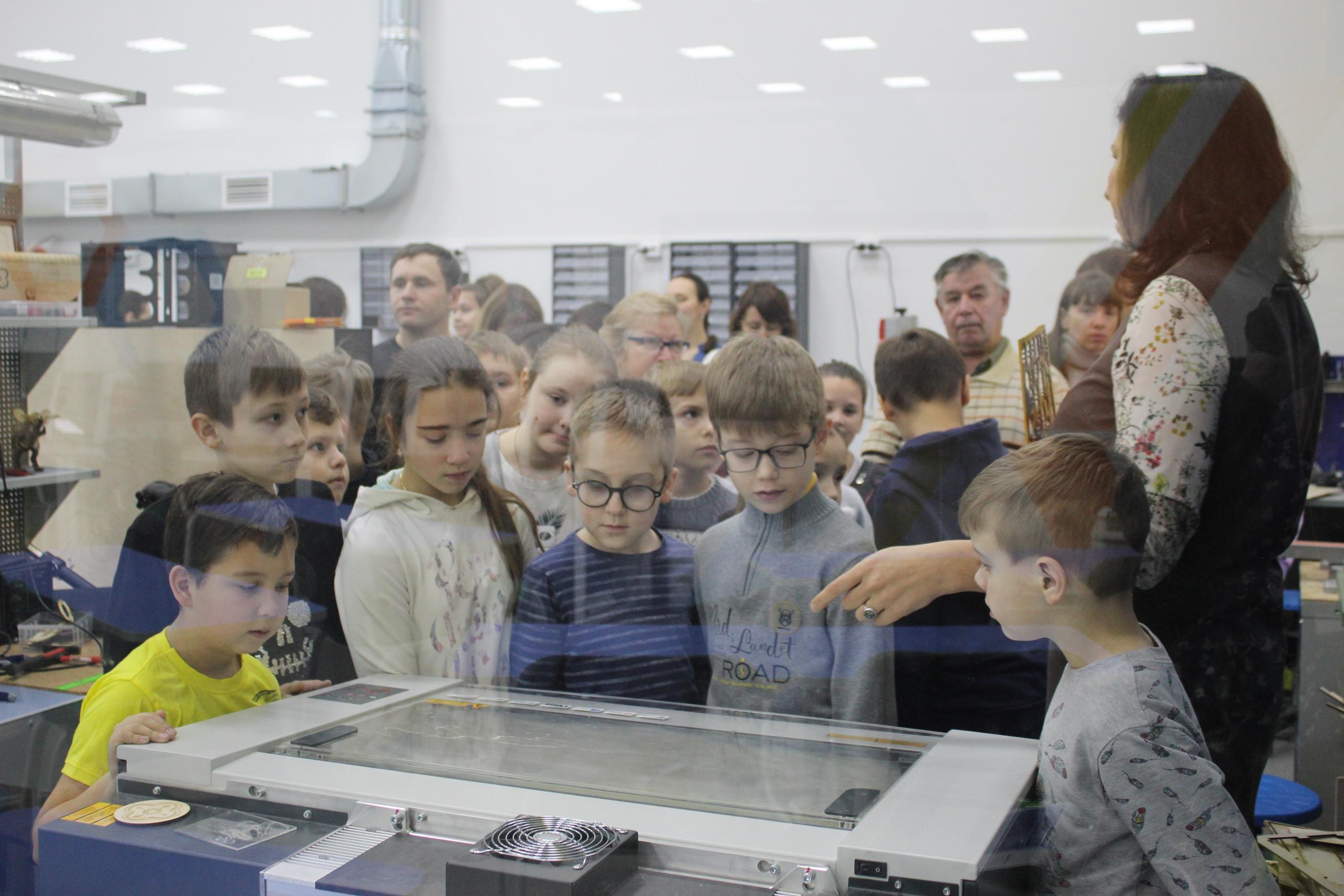 Юные костромичи изготовили развивающую игру для енота на лазерном гравере Trotec Speedy-100R