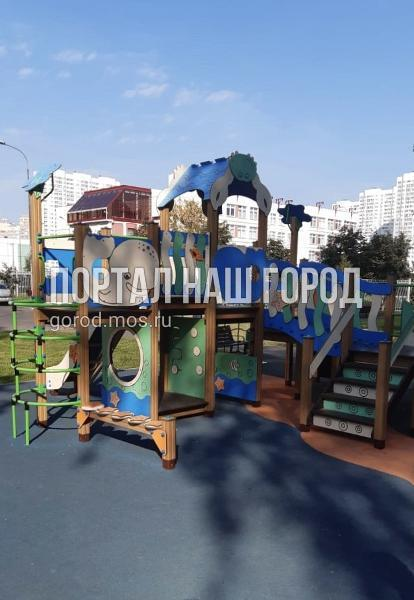 Коммунальщики восстановили игровые комплексы на детской площадке на 2-й Вольской