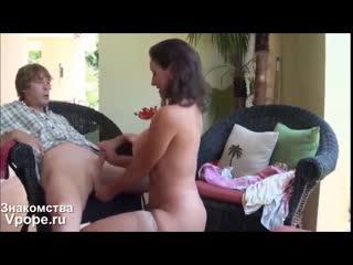 Мама учит неопытного сына обращаться с женщинами (порно со зрелыми женщинами, mature, milf, мамки, xxx, sex, porn) 18+