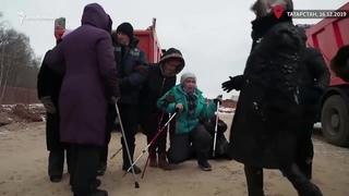 Казанские полицейские, разгоняют бабушек. Казанский мини Шиес