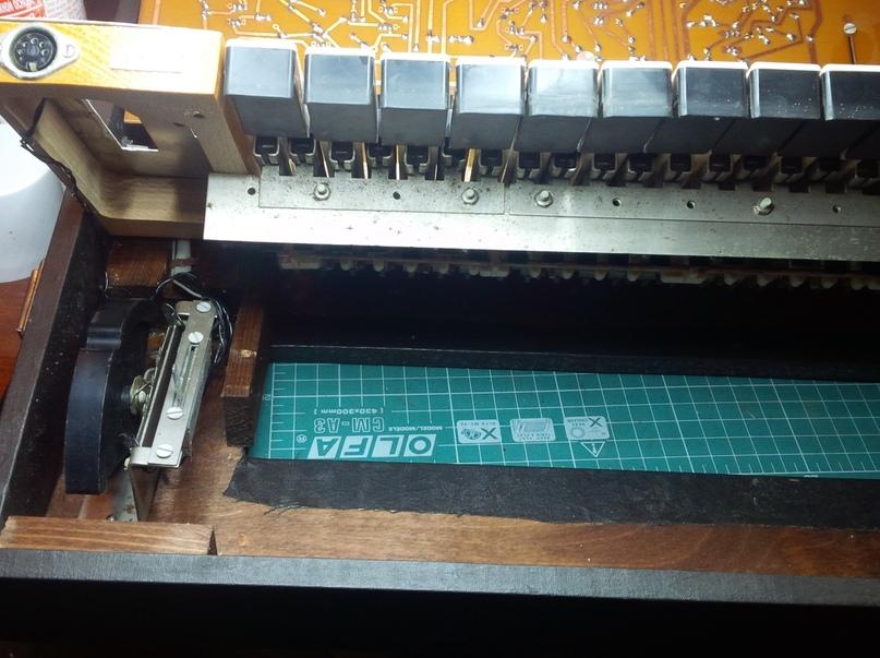 Клавиатура синтезатора - открывается вверх как капот)