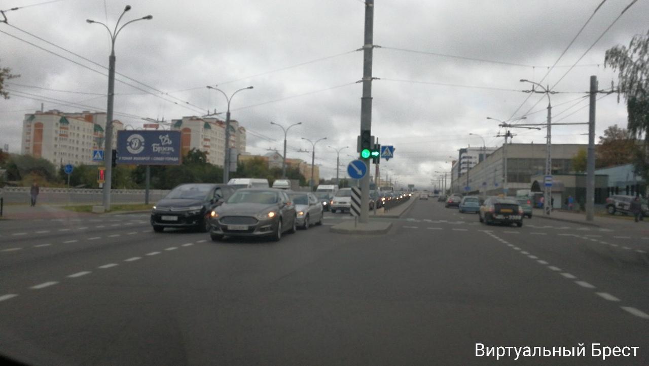 Два инкассаторских авто разворачивались одновременно, водитель зазевался и попал в ДТП