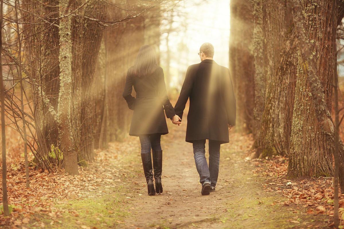 картинка пара гуляет в осеннем парке город портовый, отведать