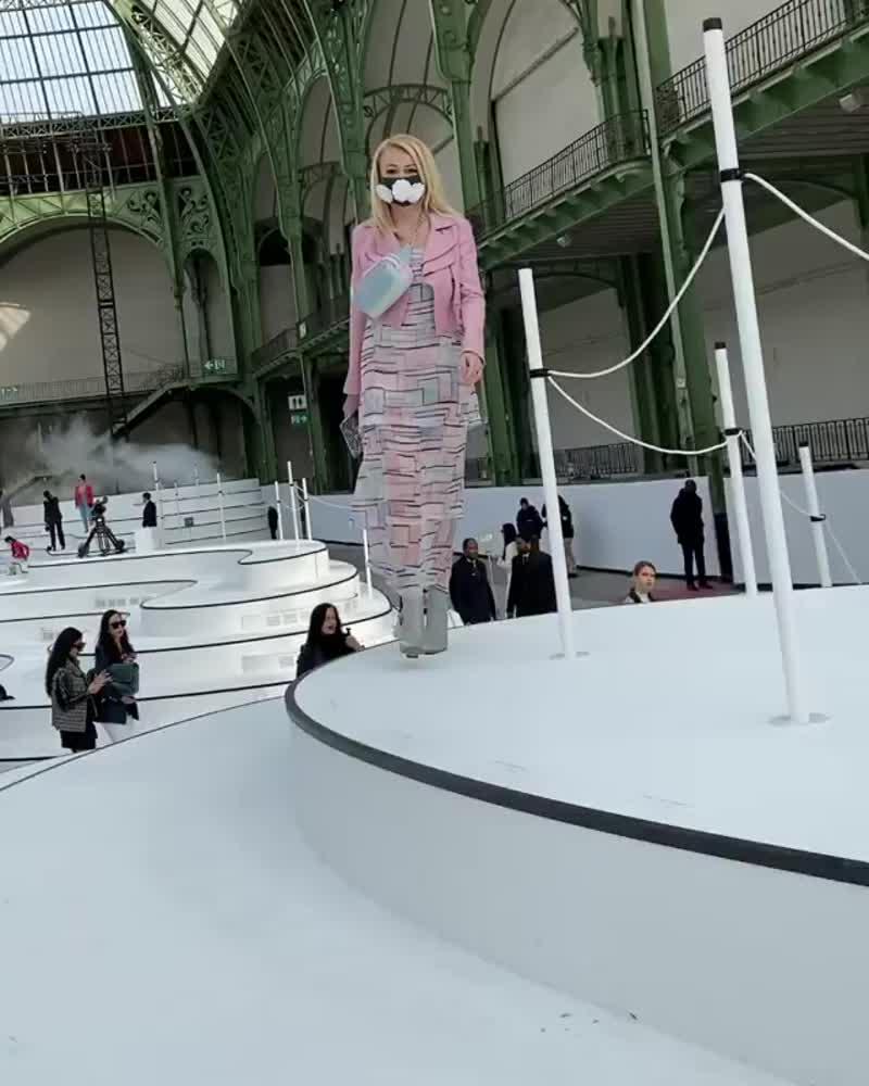 Яна Рудковская пришла на модный показ в Париж в защитной маске, украшенной камелиями