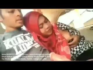 Bokep Indonesia Wanita Berjilbab Ngemut KONTOL di Mobil
