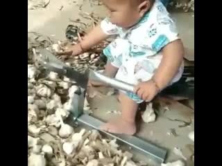 Вы только посмотрите как лихо орудует этот малыш!.mp4