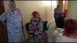 Дом  престарелых,Звонкий голос, Бабушка поет, Поет красиво, песня про детей, до слез.