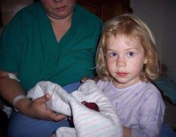 У женщины произошёл выкидыш, и она решила сделать фотосессию с мёртвым малышом на память