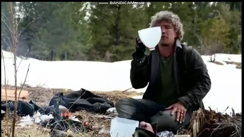 Аляска Семья из леса Мэтт варит кофе