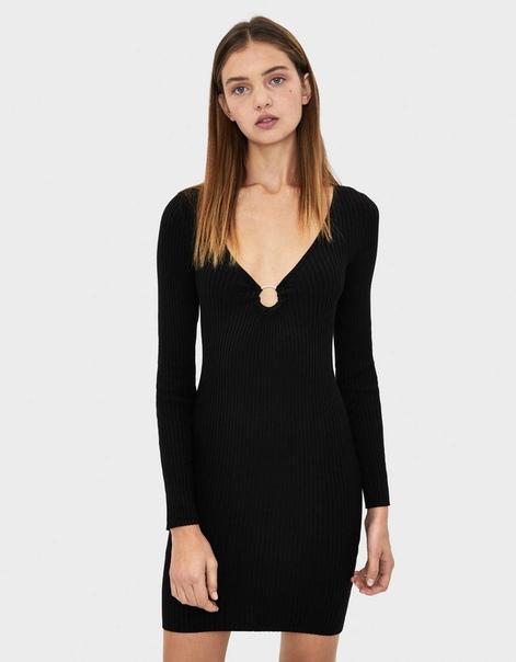 Платье с кольцом на вырезе