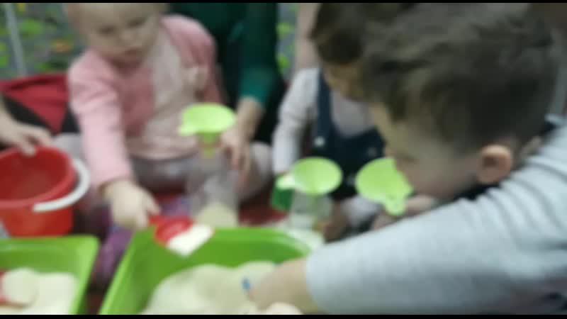 малыши игры с крупой