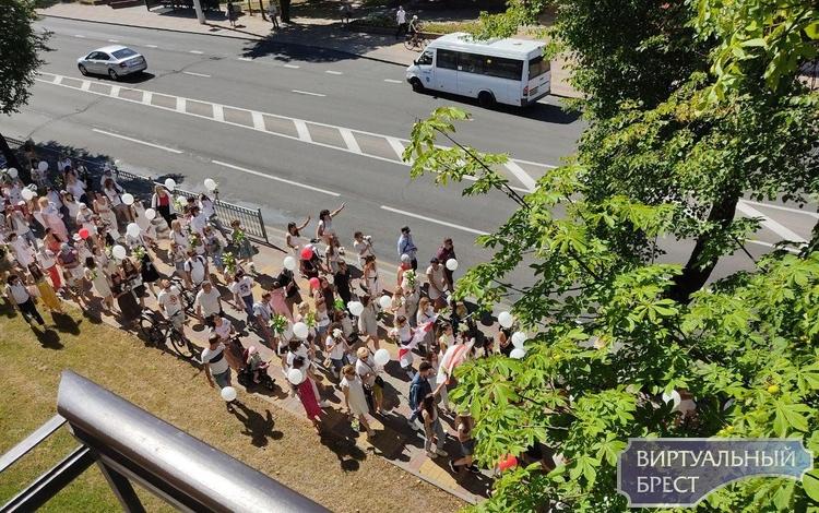 Люди с ЦУМа идут на площадь Ленина, там уже стоят турникеты, через которые есть проходы