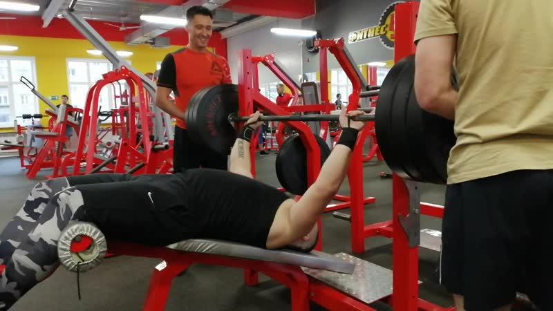 Жим штанги 145 кг на скамье с отрицательным углом