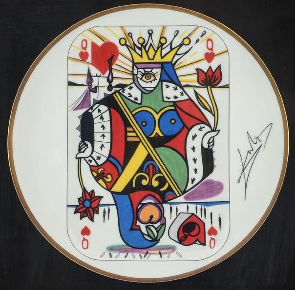 CARTE Á JOUER PAR SALVADOR DALI (Игра в карты от Сальвадора Дали) Редкая серия из 5 фарфоровых тарелок Сальвадора Дали. Она была выпущена Puiforcat в Лиможе единственный раз в 1967 году тиражом