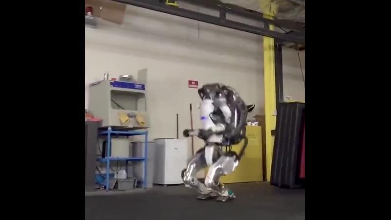 Робот Атлас от Boston Dynamics немного пугает своими человеческими движениями,