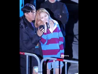 171030 hyuna interacting with fans, such a sweetheart💘