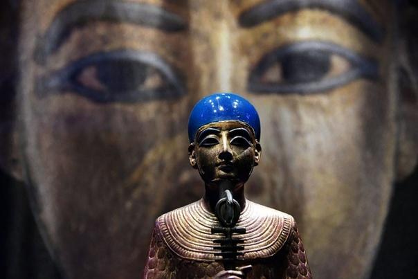 """Позолоченная деревянная статуя Птаха выставлена перед открытием выставки """"Тутанхамон: Сокровища золотого фараона"""" в Галерее Саатчи"""