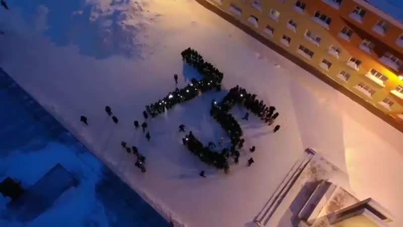 Школьники выстроились в цифру 75 в честь юбилея празднования Победы