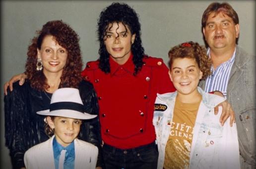 """Майкл не выглядит слишком восторженным [скриншоты из фильма ужасов """" Покидая Неверленд]"""