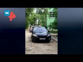 Житель Брянска с молотком в руках избил девушек и разбил авто