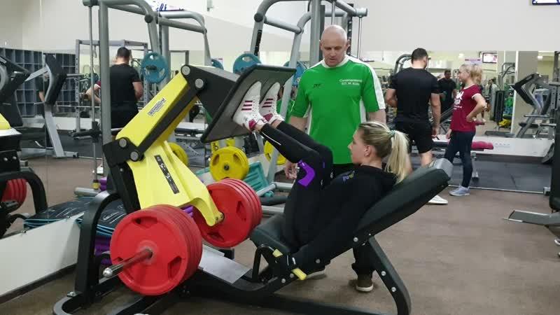 Кристина. Жим ногами. 200 кг × 15 повторений