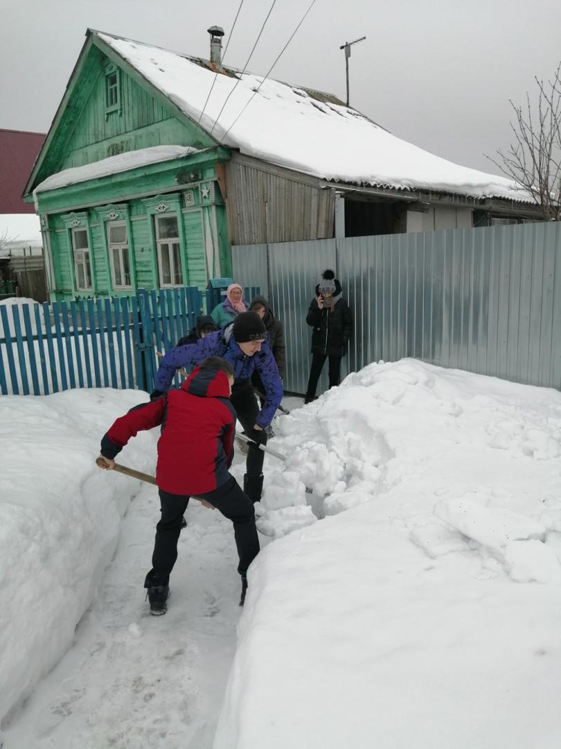 Добровольцы помогают пожилым петровчанам расчищать снег на придомовых территориях